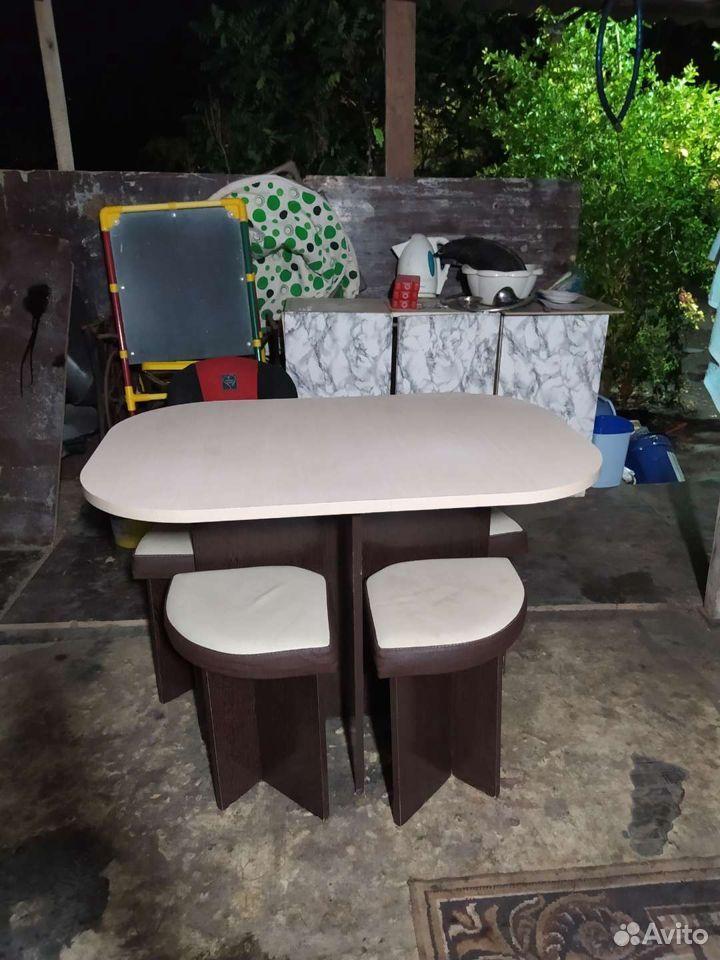 Стол с четырьмя стульями в хорошем состоянии